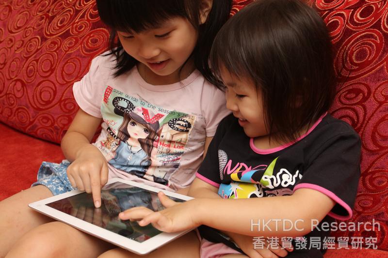 相片:孩子在玩平板电脑游戏
