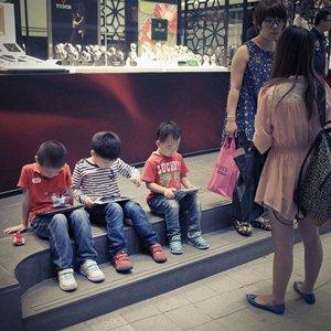 相片:孩子在街上玩平板電腦的遊戲