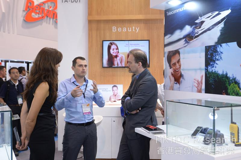 相片:買家和參展商在電子展會面洽談 (1)