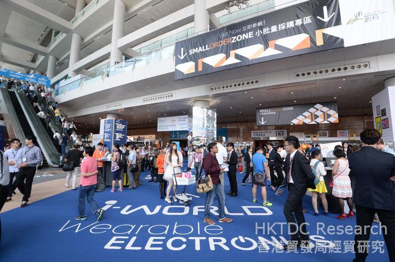 相片:買家和參展商在電子展會面洽談 (2)