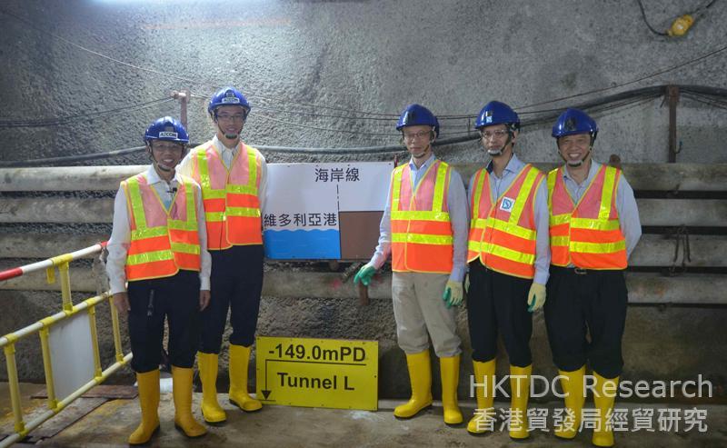 相片:關景輝和香港政府渠務署及環保署主管人員攝於香港的淨化海港計劃排污隧道(相片由AECOM提供)