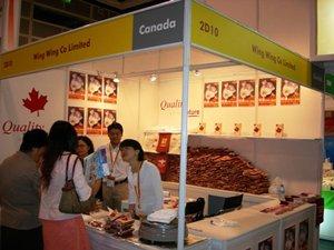 相片:榮榮在香港美食博覽展示其臘腸。