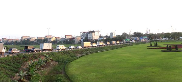Photo: Congestion on a highway connecting Hanoi and Haiphong.