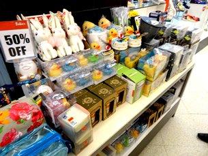 图: 香港玩具在菲律宾百货公司减价出售。