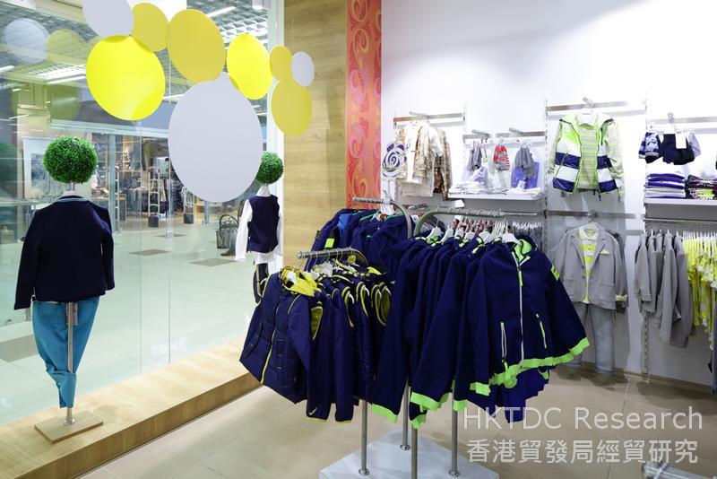 相片:实体店内展示的童装款式