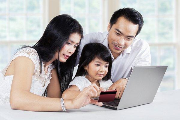 相片:家长与孩子一起网购