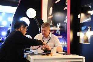 Photo: Buyer and exhibitor meet at the Spring Hong Kong International Lighting Fair 2015