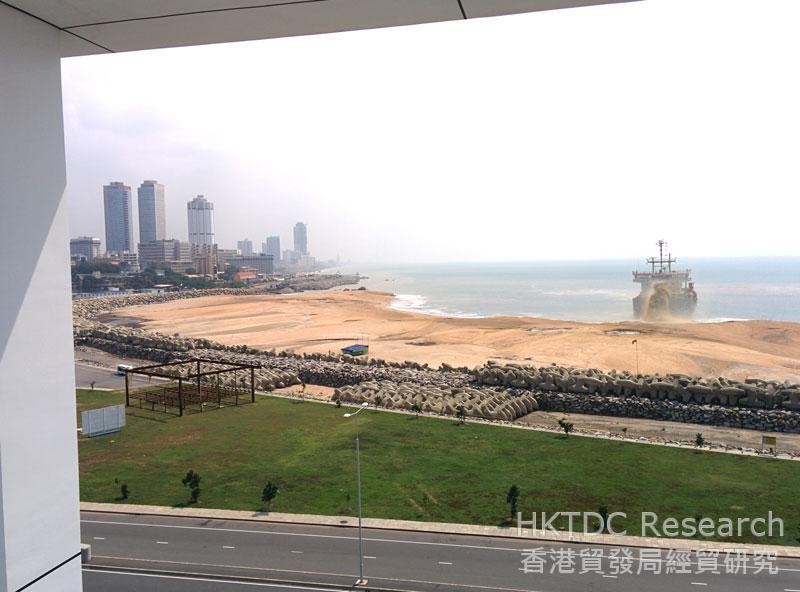 图: 邻近科伦坡港的一项填海工程。
