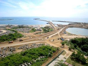 图: 汉班托塔港口发展项目第二期工程正在进行中。
