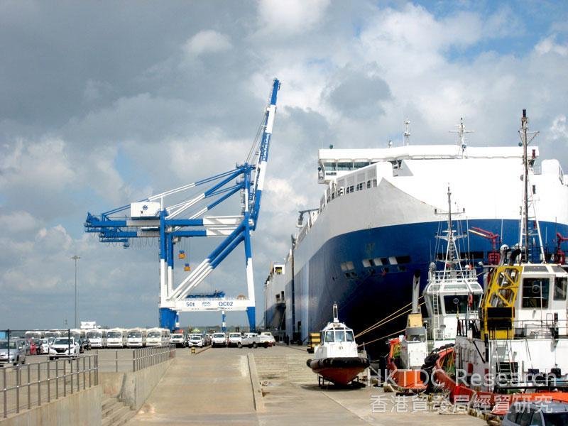 图: 运载汽车的货轮在汉班托塔港卸下汽车。