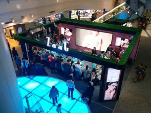 图: 上海的商场推广活动吸引大批消费者。