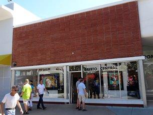相片:Romero Britto位于迈阿密着名购物街林肯路上的艺术画廊。