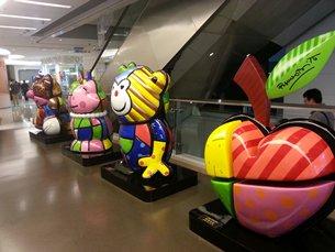 相片:Romero Britto在香港观塘区的APM商场举行展览。