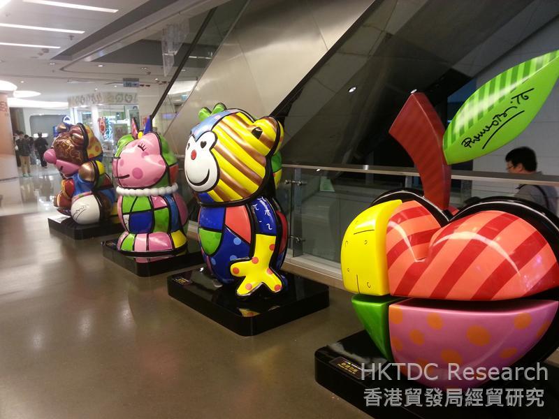 相片:Romero Britto在香港觀塘區的APM商場舉行展覽。