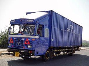 图: 货车在萨纳恩德第二工业邨内穿梭往来