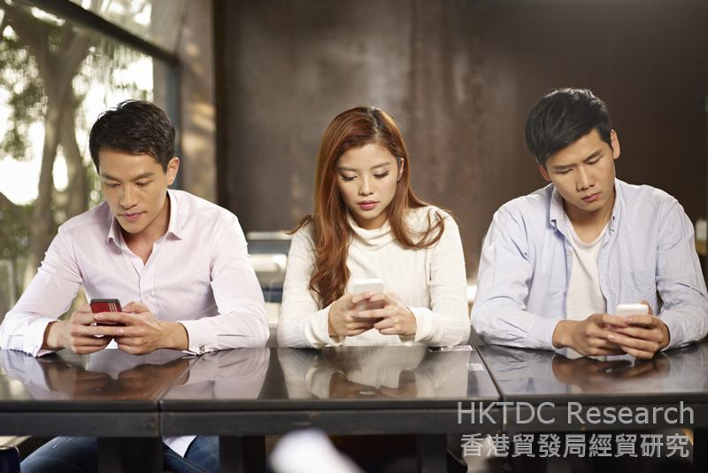 相片:网民利用手机上网蔚然成风。