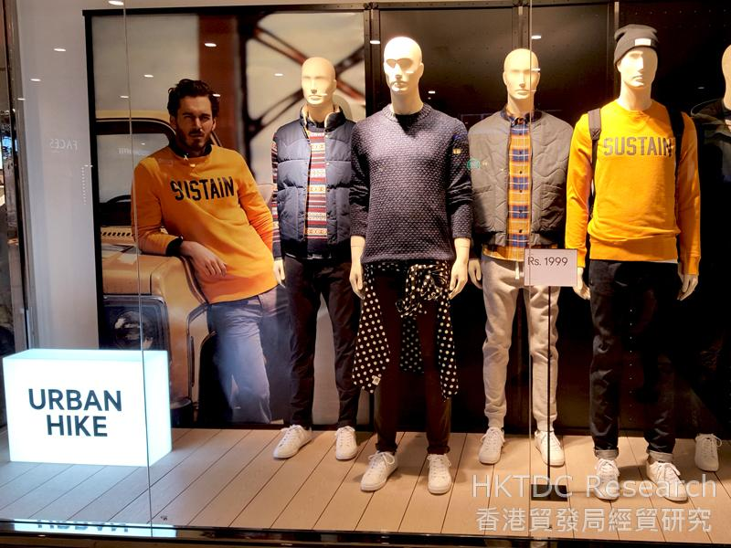 图: 色彩亮丽的休闲服深受印度消费者欢迎