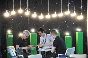 Photo: Buyers and exhibitors gathered at the Hong Kong International Lighting Fair 2016.