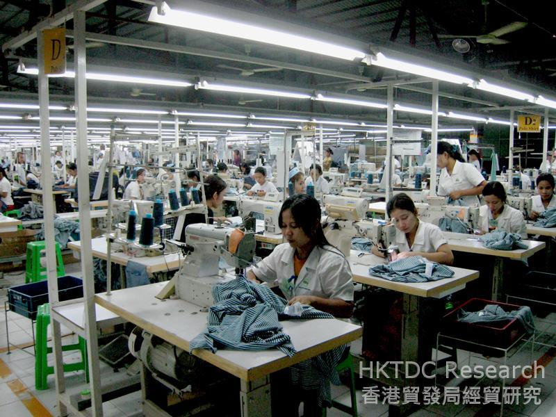 图: 仰光一家制衣厂内的年轻工人