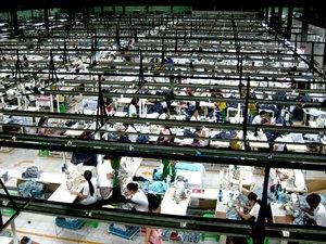 圖: 仰光一家製衣廠設有多條生產線