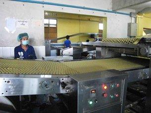 圖: 在曼德勒工業區經營的餅乾廠從中國進口原材料。