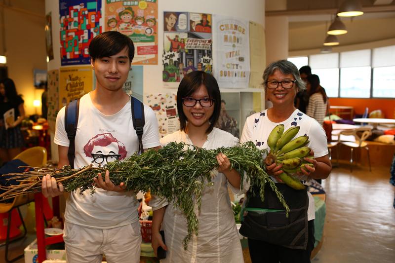 相片:兼美堂創辦人甄國暉(左)和陳家儀(中),以及一名本地有機耕種者。