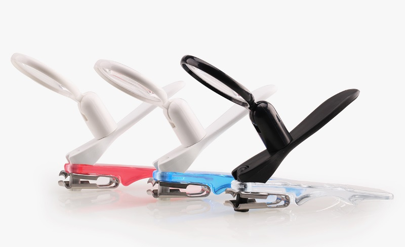 相片:骏聆通设计及销售长者用品,例如附有放大镜的指甲钳。