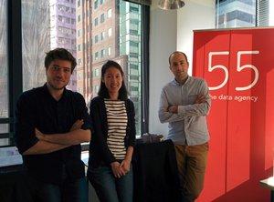 相片:Fifty-five Hong Kong计划经理及主管Cedric Delzenne(右)与其同事。