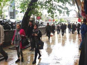 图: 不少伊朗女性穿着现代而不大传统的服装。