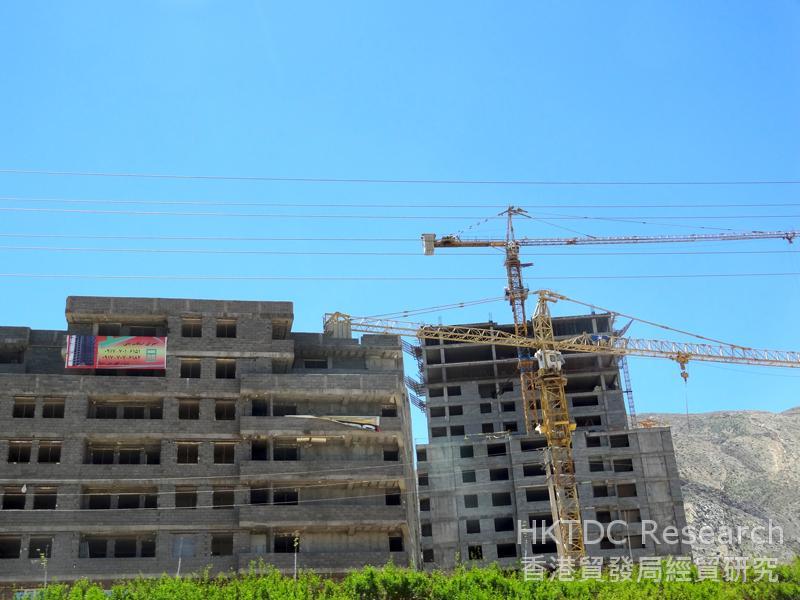 图: 设拉子城郊地区的搁置工程现可恢复施工。