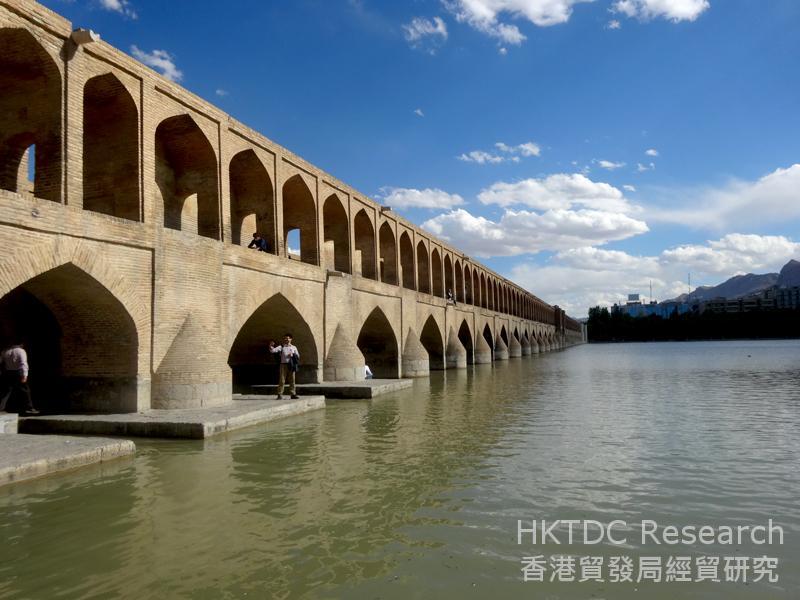 图: 位于伊斯法罕的郝久古桥(Khaju Bridge)。
