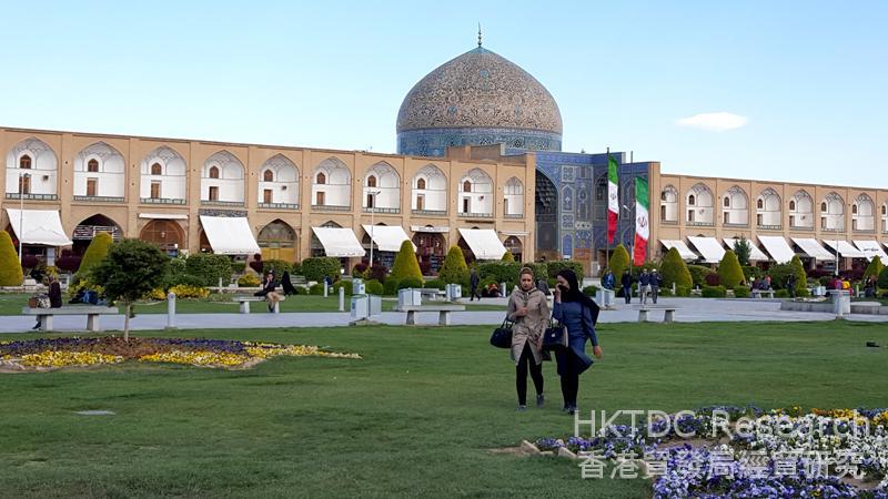 图: 伊玛目广场是伊斯法罕主要旅游胜地。
