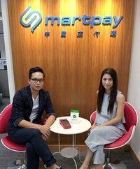 相片:林卓彥(左)和黃星敏(右)解釋中國支付通如何能協助商家接受內地消費者網上付款,並將款項匯到香港銀行戶口。