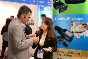 相片:買家及參展商齊集香港秋季電子產品展。(1)