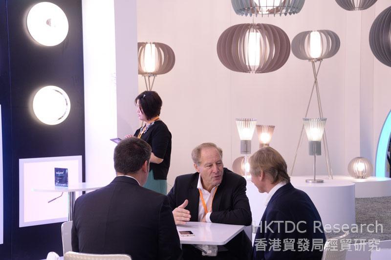 相片:買家及參展商齊集香港國際秋季燈飾展。