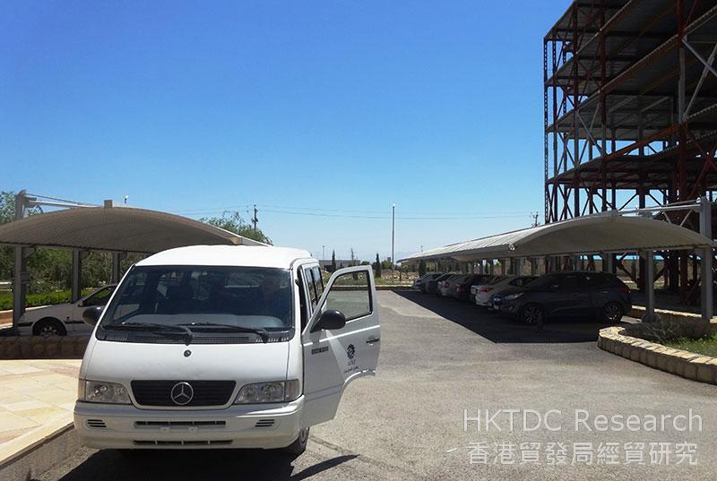 图: 停放在设拉子(Shiraz)经济特区的平治客货车。