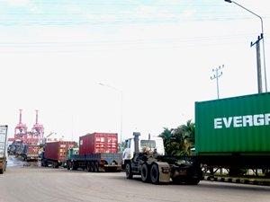 圖: 貨櫃車在西哈努克自治港外排隊等候。