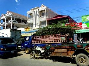 圖: 在金邊街道行駛的貨車。