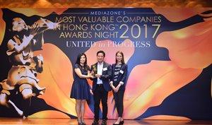 相片:荟新科技有限公司获Mediazone颁发2017年香港最有价值企业大奖。 (中:翁建霖教授;右:雷雅萍博士)