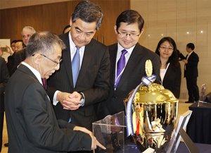 相片:国泰光电联合创办人谢国伟教授(中)向前香港特别行政区行政长官梁振英介绍该公司的科技。