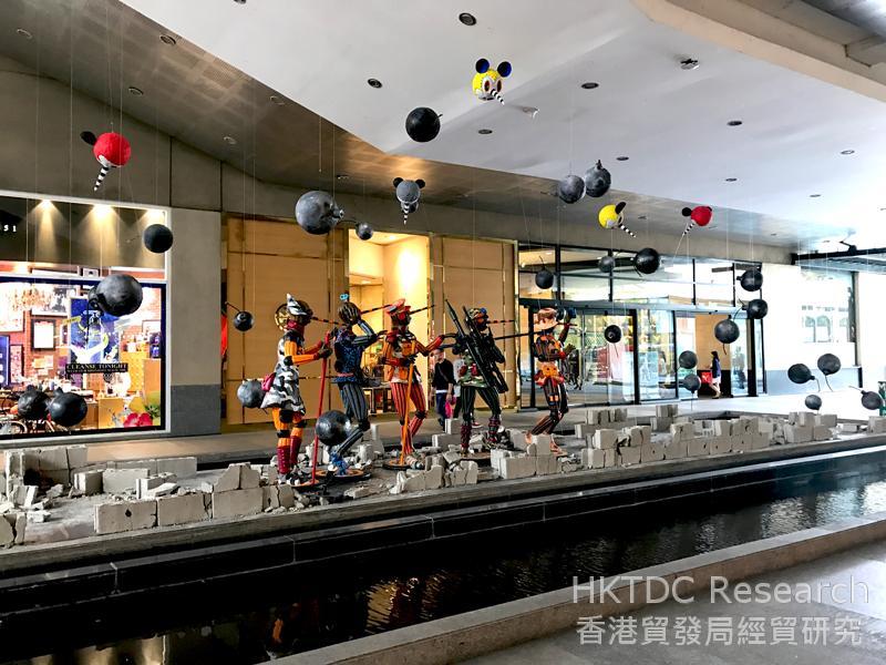 图: 商场越来越重视创造良好的购物氛围。