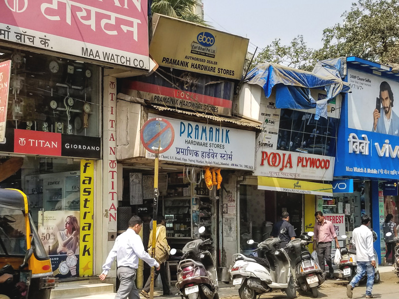 相片: 孟买(Mumbai)的街头小商店。