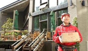 相片:京東快遞人員為客戶送貨。