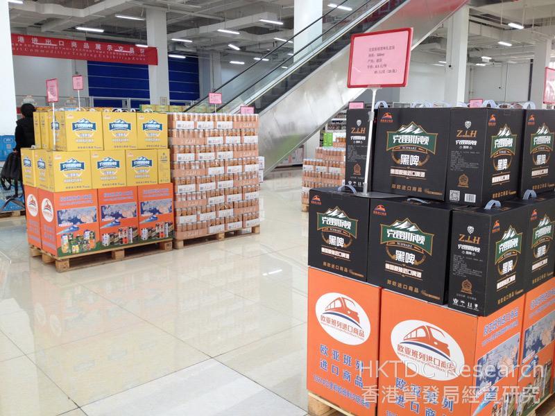 相片:鄭歐班列進口商品展示體驗中心內售賣德國原裝進口啤酒。