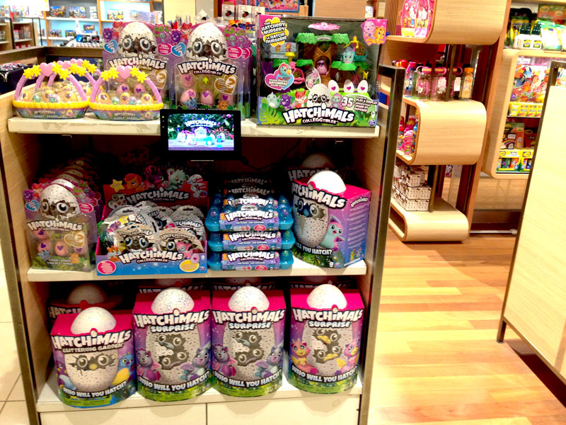 相片: 百貨公司播放和玩具有關的卡通影片。