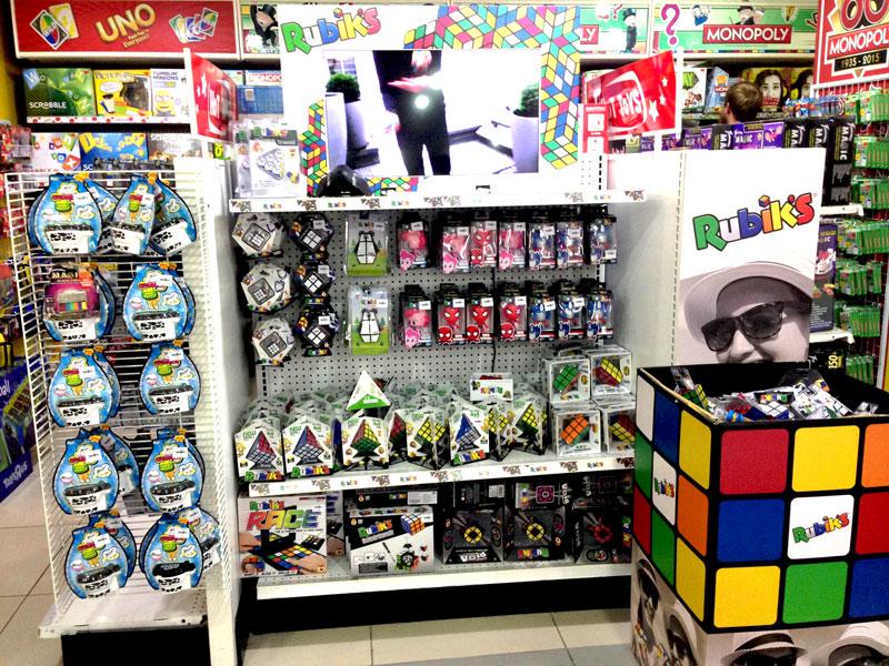 相片: 连锁店播放和玩具有关的示范影片。
