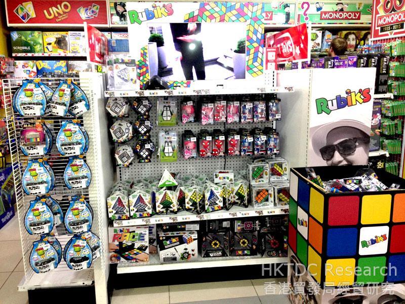 相片: 連鎖店播放和玩具有關的示範影片。