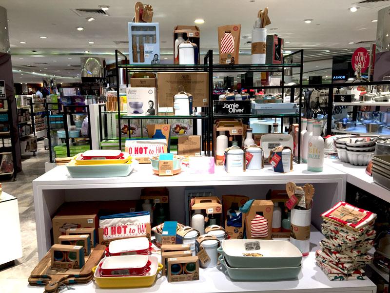 相片: 百貨公司陳列多種款式時尚的餐具及煮食用具。