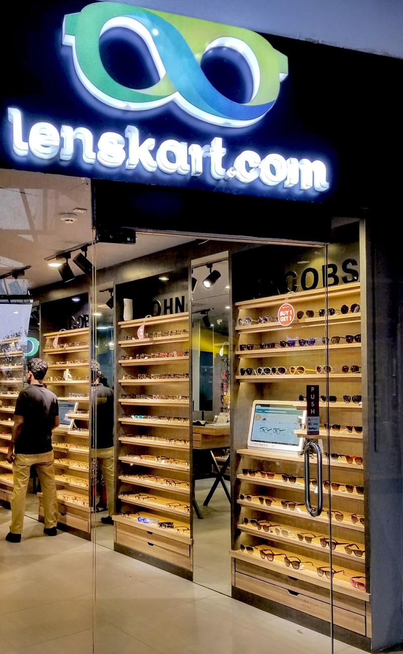 相片: 购物商场内一家Lenskart.com店销售John Jacobs品牌产品。
