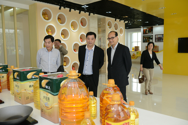 Photo: The Guangzhou Restaurant and Catering Association visits a food company.